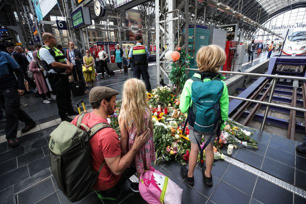 Kahdeksanvuotiaan pojan kuolemaa on muistettu Frankfurtin päärautatieasemalla.
