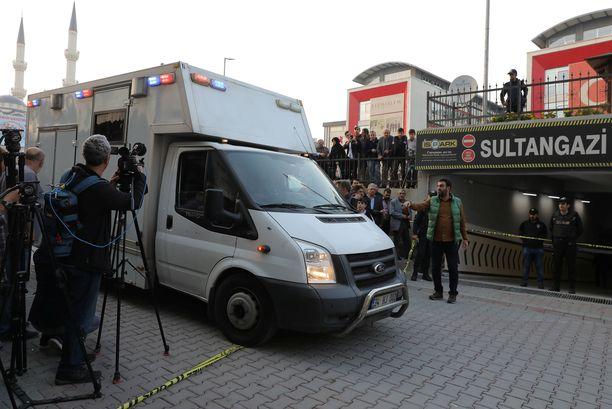 Auton löytymistä ja jatkotoimenpiteitä oli seuraamassa useita toimittajia.