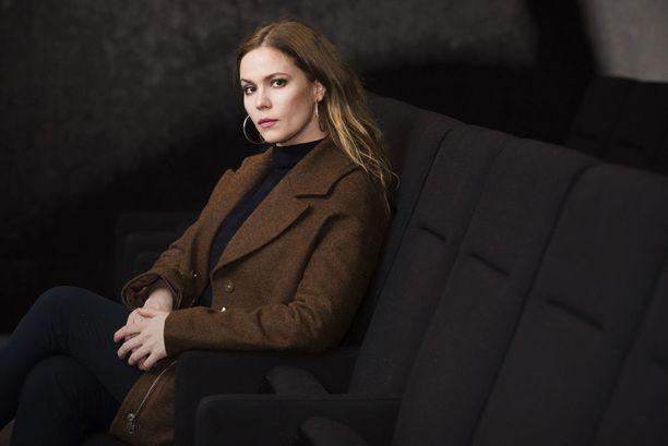 Pihla Viitala näyttelee vahvaa naispääosaa Karppi-rikossarjassa, jossa selvitetään helsinkiläisnaisen murhaa.