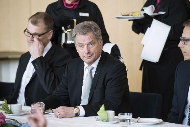 EU:n huippukokouksissa illallispöytään mahtuu Suomen puolelta vain yksi lautanen. Kimmo Sasin mukaan Sauli Niinistö voisi kuitenkin osallistua poikkeuksellisissa tapauksissa pääministerin seurassa EU:n huippukokouksiin.