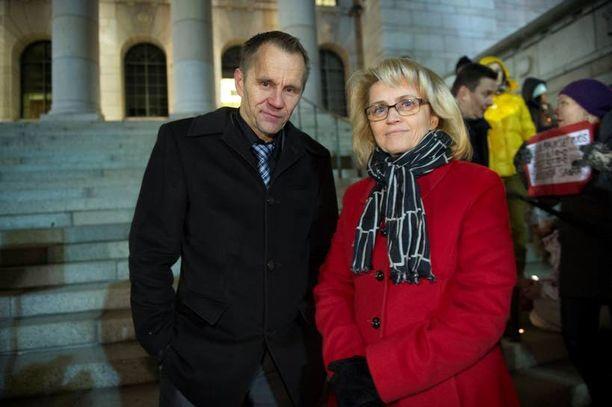 Tasa-arvoista avioliittolakia vastustavan Facebook-ryhmän jäsenet kokoontuivat torstai-iltana mielenosoitukseen eduskuntatalon edustalle. Mielenosoitukseen osallistuivat myös lain vastustajiin kuuluvat kansanedustajat Mika Niikko (ps) ja sisäministeri Päivi Räsänen (kd).