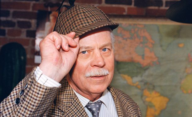Simo Salminen poseerasi Uuno Turhapuro -elokuvan kuvauksissa.