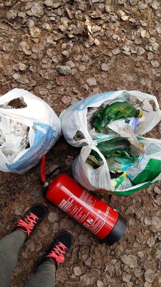 Kosteuspyyhkeitä kertyi muovikassillisia.