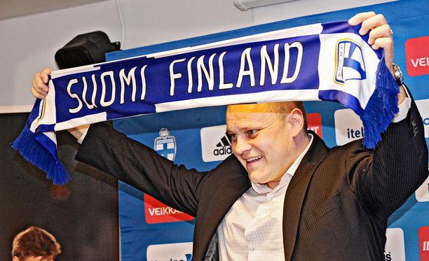 Alussa vielä hymyilytti. Mixu Paatelainen nimettiin Huuhkajien perämiseen maaliskuussa 2011.
