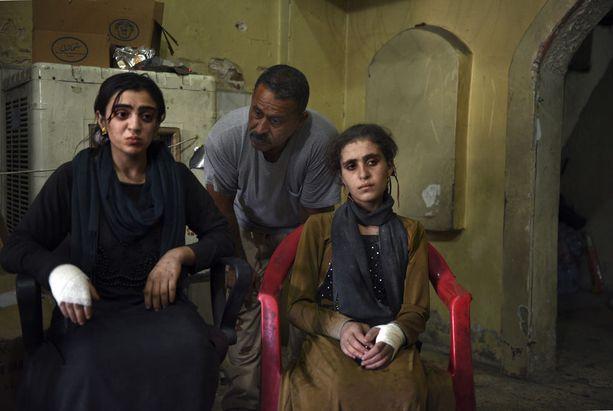 Neljä jesidisiviiliä kertoi olleensa Isisin vankeina neljä vuotta. Naiset oli käytetty seksiorjina. Heidät vapautettiin nyt Mosulissa.