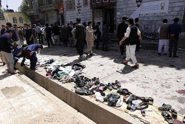 Ihmiset kerääntyivät huhtikuun 22. päivänä Kabulissa paikalle, jossa 60 ihmistä kuoli ja 138 haavoittui pommi-iskussa äänestäjien rekisteröitymispaikalla.
