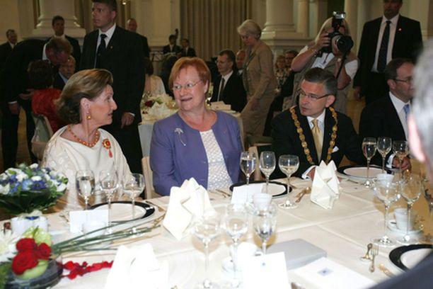 Kuningatar Sonja ja presidentti Halonen viihtyivät kaupunginjohtaja Pajusen isännöimällä lounaalla.