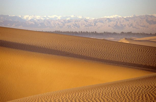 Korkeat vuoret ympäröivät Kiinan Taklimakania.