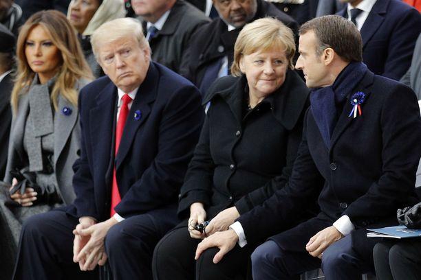Ranskan presidentti Emmanuel Macron asetti kätensä Merkelin polvelle lauantain juhlatilaisuudessa.