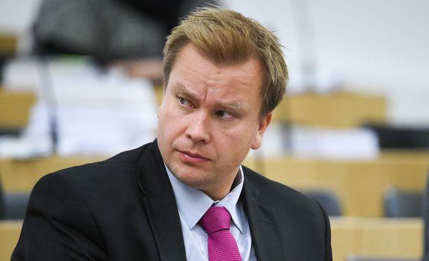Antti Kaikkonen odottaa jo Jussi Halla-ahon linjapuhetta.