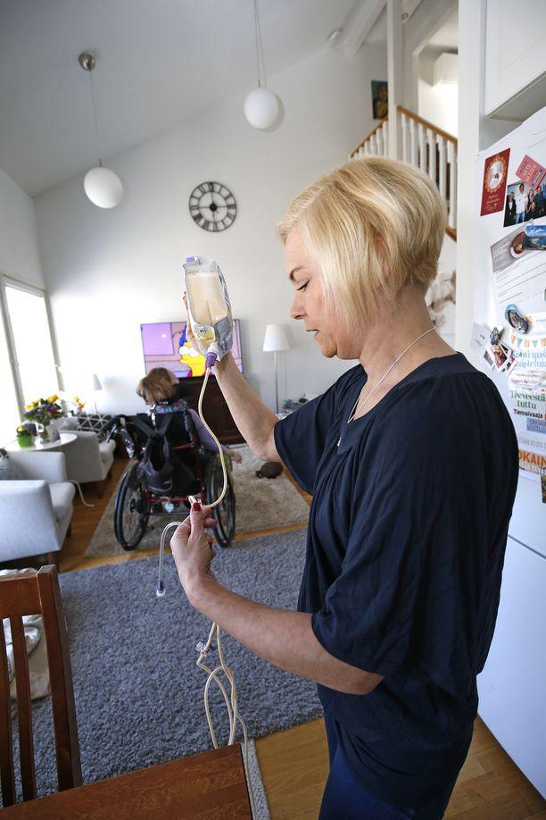 Ensimmäisen kauden kansanedustaja Mari Rantanen on toiminut sekä ensihoitajana että tyttärensä omaishoitajana.