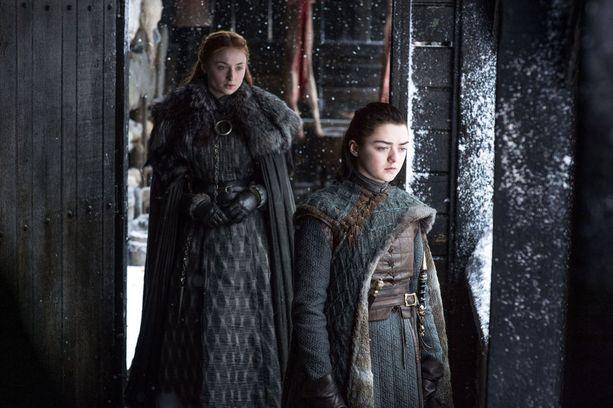 Game of Thronesin kahdeksatta tuotantokautta kuvataan parhaillaan. Kuvassa Sophie Turner ja Maisie Williams, jotka näyttelevät sarjassa Starkin sisaruksia Sansaa ja Aryaa.
