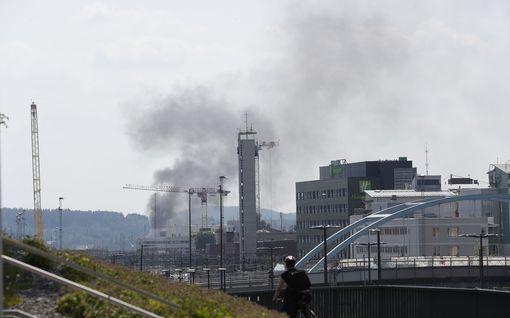 Kuorma-auto palaa Tampereella – läheisestä terästehtaasta evakuoitu työntekijöitä savun takia