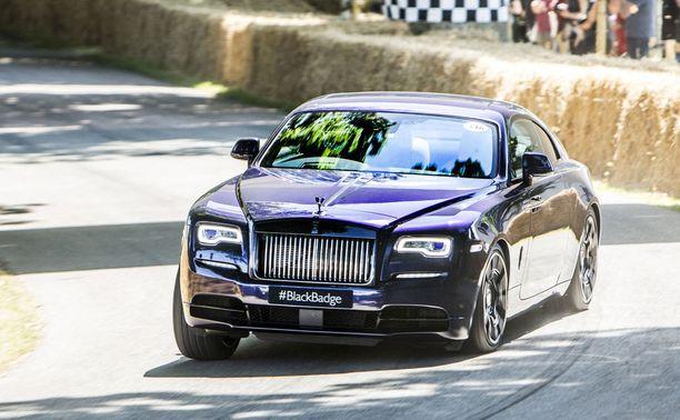 Yöntumma Rolls-Royce Wraith Black Badge on kaksiovinen coupe.