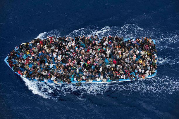 operaatio Mare Nostrum esittää haaksirikolta pelastettuja Italiaan pyrkiviä afrikkalaisia Välimerellä. Toinen sija uutiskategoriassa.
