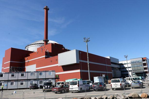 Olkiluoto 3 on valmistuessaan yksi maailman suuritehoisimmista ydinvoimalaitosyksiköistä. Laitoksen on määrä valmistua ensi vuonna - kymmenen vuotta alkuperäistä aikatauluaan myöhässä.