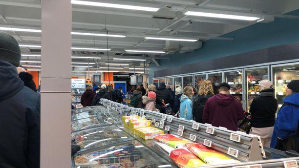 Jonot ovat olleet monissa kaupoissa pitkiä torstaina. Niin myös Helsingin Ruskeasuon K-Supermarketissa.