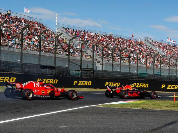 Max Verstappen (oikealla) osui Japanin GP:n alussa sekä Kimi Räikköseen että Sebastian Vetteliin (vasemmalla).