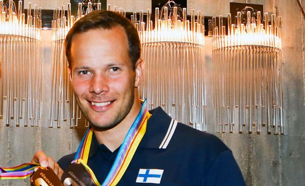 Pitkämäki juhli jo kolmatta mitaliaan EM-kisoissa.