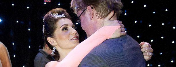 Mikael Jungner halasi vaimoaan Mariaa tämän tanssisuorituksen jälkeen Tanssii tähtien kanssa ohjelmassa sunnuntaina.