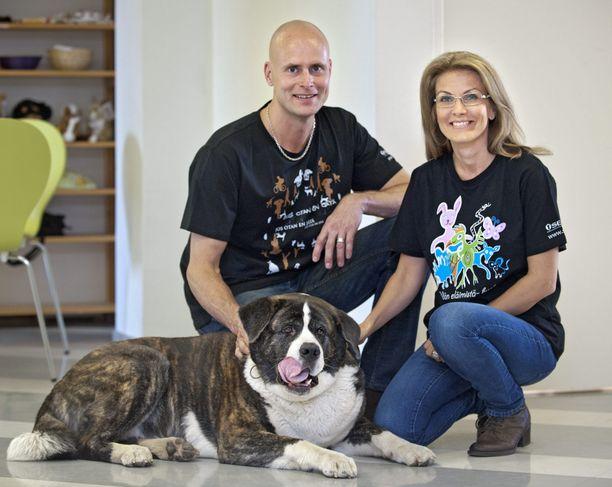 Tanja Karpela ja Janne Erjola kouluttavat työkseen häiriökoiria.