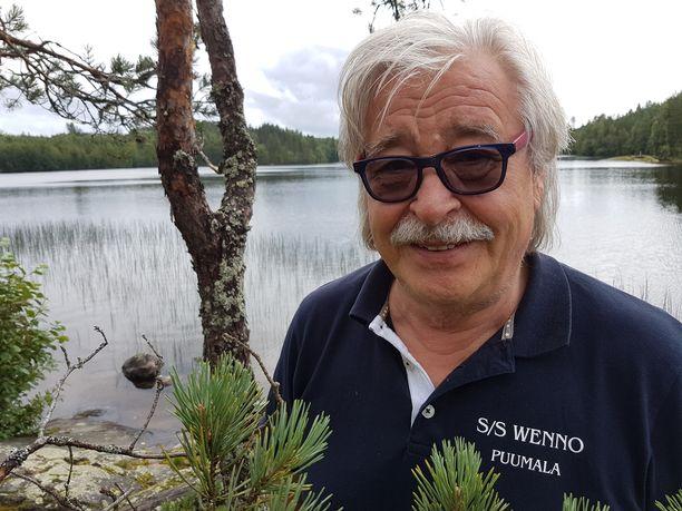 Mieli lepää Puumalassa mökkimaisemissa. Kuva vuodelta 2017.