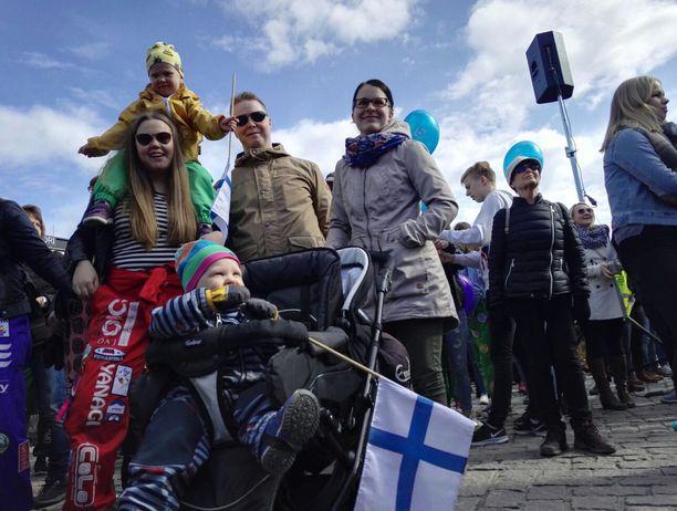 Riikka ja Ville-Pekka Nenonen perheineen saapuivat Kuopioon juhlimaan Iivo Niskasta. Tuuli, hänen hartioillaan istuva Iida ja rattaissa istuva Eeli ovat kaikki Iivo-faneja.
