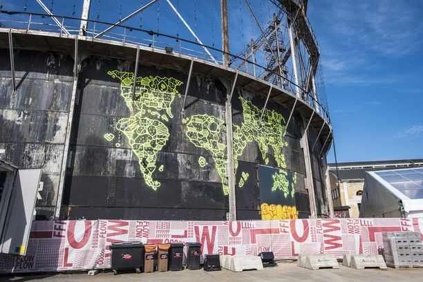 Suomen tunnetuin graffititaiteilija EGS on maalannut kaasukelloon spraymaalilla suuren fluorivalossa loistavan maailmankarttateoksen.