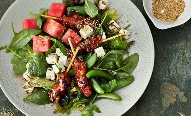 Hyvä ja maukas salaatti syntyy nopeasti erilaisista salaateista ja valmiiksi marinoidusta lihasta.