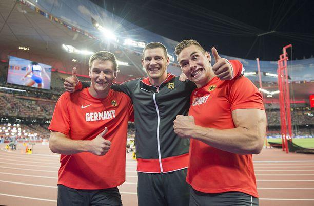 Saksalaistrio poseerasi kuvaajilla Pekingin MM-kisoissa vuonna 2015.