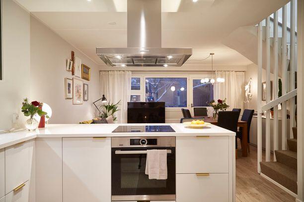 Tältä koti remontin jälkeen näytti! Asuntoon vaihdettiin muun muassa lattiat ja keittiötä uudistettiin.
