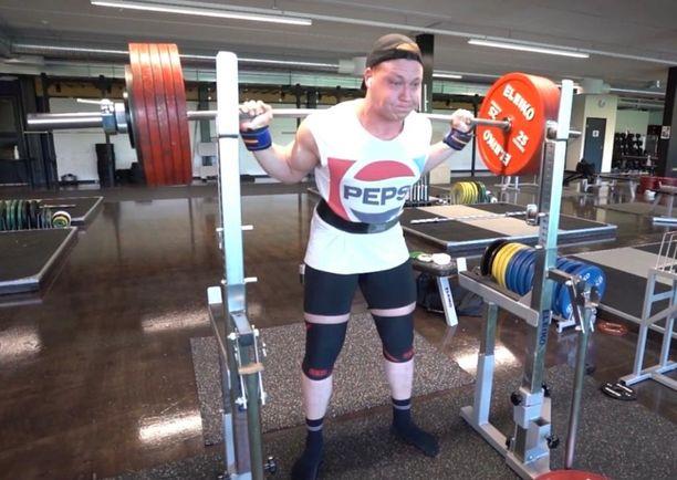 Eino Järvisalo nosti jalkakyykyssä 300 kiloa.