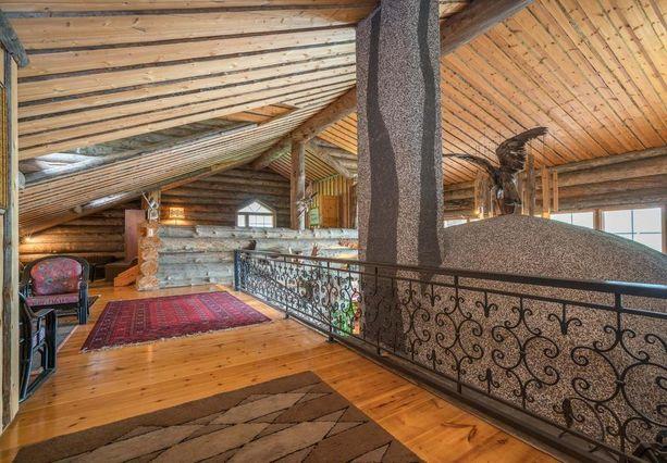 Huvilassa on paljon avointa tilaa ja erikoisia yksityiskohtia. Puunveistäjä on muun muassa koristellut talon kattoa erilaisin reliefein.