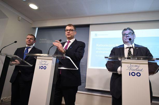 """Pääministeri Juha Sipilä (kesk) on ilmoittanut, ettei """"näihin tehtäviin ei pidä jäädä roikkumaan, jos tuloksia ei tule"""". Timo Soini on jättämässä perussuomalaisten puheenjohtajan tehtävät kesäkuussa. Petteri Orpon (kok) mukaan julkinen talous on edelleen """"todella huonossa tilassa""""."""