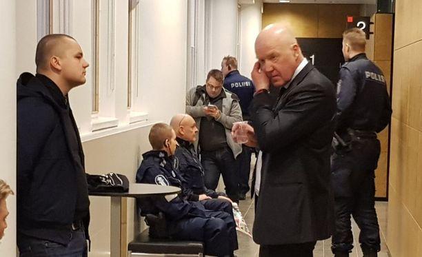 Torniaisen avustaja, asianajaja (oik.) Hannu Tuomainen vaati syytteen hylkäämistä törkeän pahoinpitelyn ja kuolemantuottamuksen osalta.