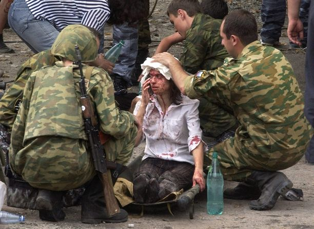 Beslanin koulukaappauksessa kuoli yli 300 aikuista ja lasta. Tässä hoidetaan hyökkäyksessä haavoittunutta koulutyttöä.