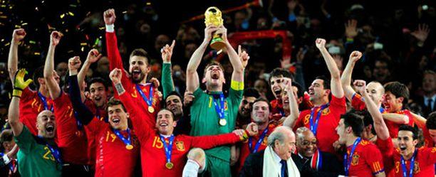 Espanjan kapteeni Iker Casillas nosti MM-pokaalin ilmaan.