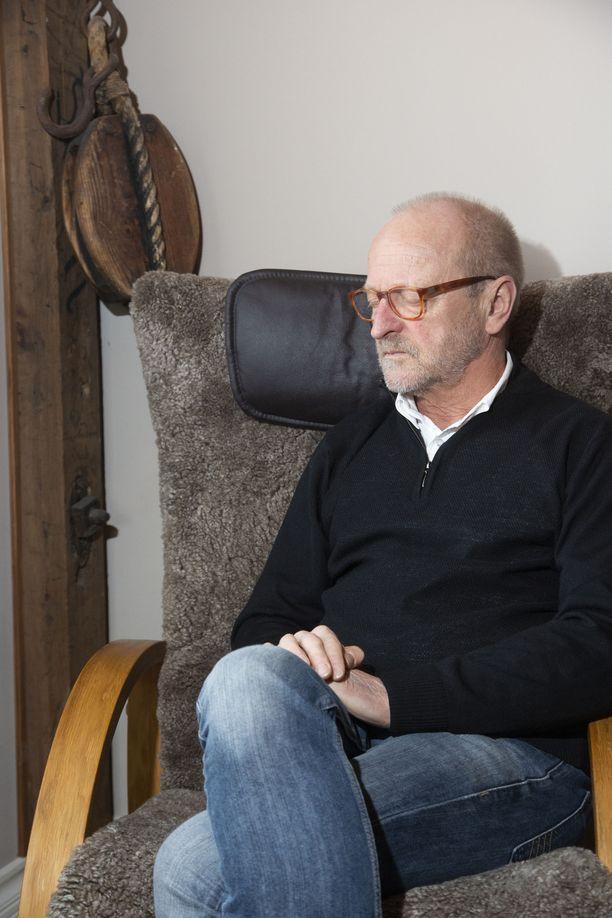 Näin Tommy Hellsten aloittaa aamunsa:tässä nojatuolissa mietiskellen ja rukoillen.