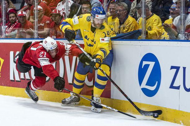 Mattias Ekholm (oik.) teki pahan mokan Latviaa vastaan.