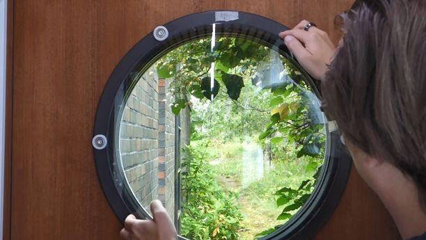 Lasia pyörittämällä ikkunan saa pimennettyä.