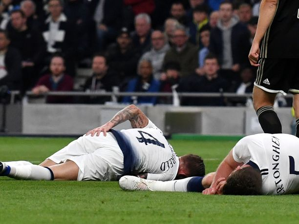 Toby Alderweireld (vas) ja Jan Vertonghen törmäsivät rajusti yhteen Ajax-matsissa.