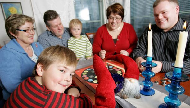Jos jokin nostaa perheen kesken verenpainetta, se on kaikkien suosikin, Iskelmä-lautapelin peluu. Olli-pappa venyttää pelin sääntöjä ja saa Minnan muistuttamaan reilusta pelistä.