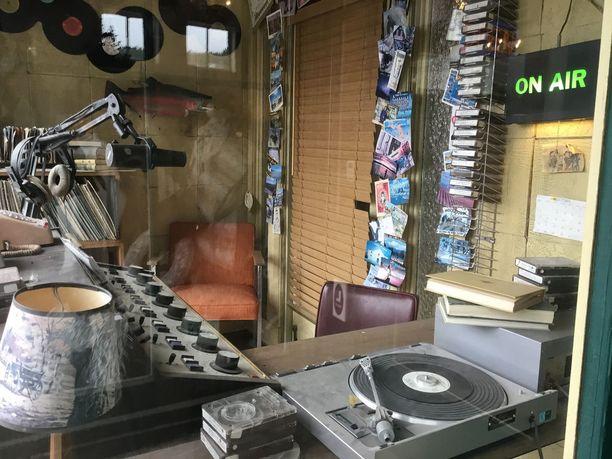 Chris in the Morning -aamuohjelman radiostudio on jämähtänyt 1990-luvulle.