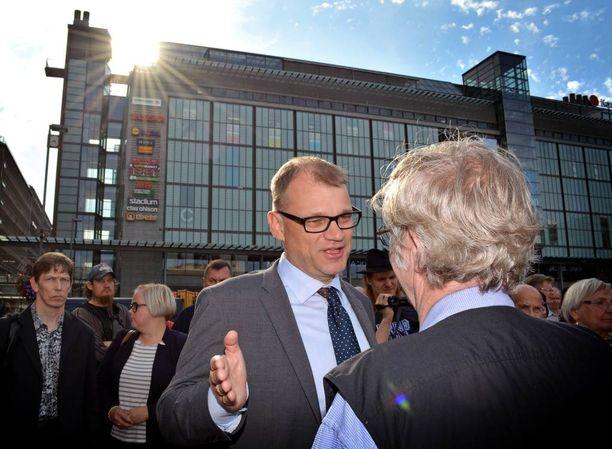 Helsinkiläinen eläkeläinen Esko Kukonlehto halusi keskustella Narinkkatorilla pääministeri Juha Sipilän kanssa maahanmuutosta.
