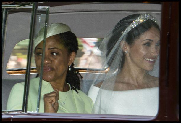 Doria Ragland ja Meghan Markle saapuivat Pyhän Georgen kappeliin yhdessä.