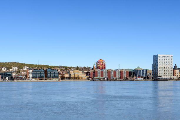 Ruotsin Örnsköldsvikin rantaviivaa mereltä nähtynä.