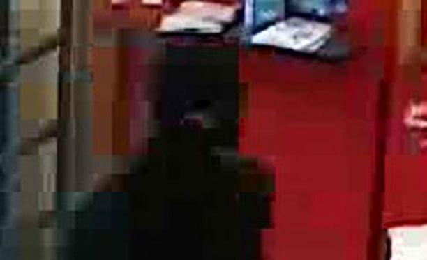 Epäillyllä ryöstäjällä oli ryöstöhetkellä tumma vaatetus. Hän oli peittänyt kasvonsa.
