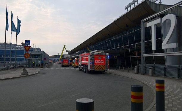 Useita paloautoja on parhaillaan Helsinki-Vantaan lentoasemalla.