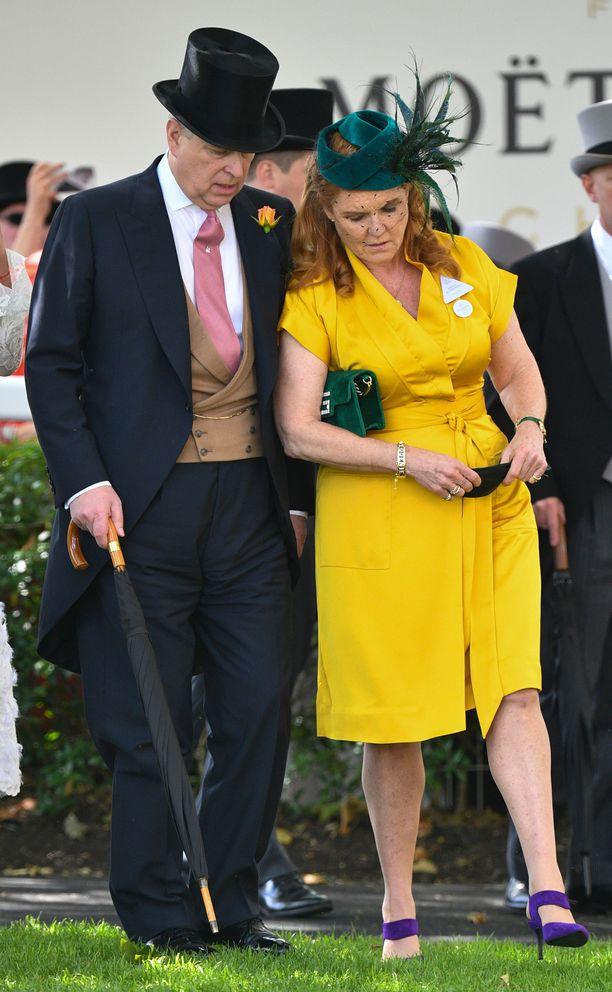 Prinssi Andrew ja Sarah Ferguson kuiskuttivat laukkatapahtumassa.