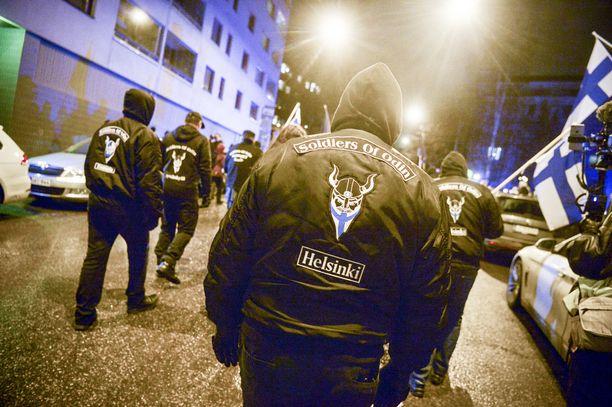 """Soldiers of Odin ja uusnatsit ovat olleet avoimessa yhteistyössä. Kuva viime itsenäisyyspäivän marssilta, jossa osallistujat huusivat äärioikeistolaisia iskulauseita. Marssilla oli näkyvästi esillä uusnatsisymboleita, kuten hakaristi ja """"veri ja kunnia"""" -motto."""